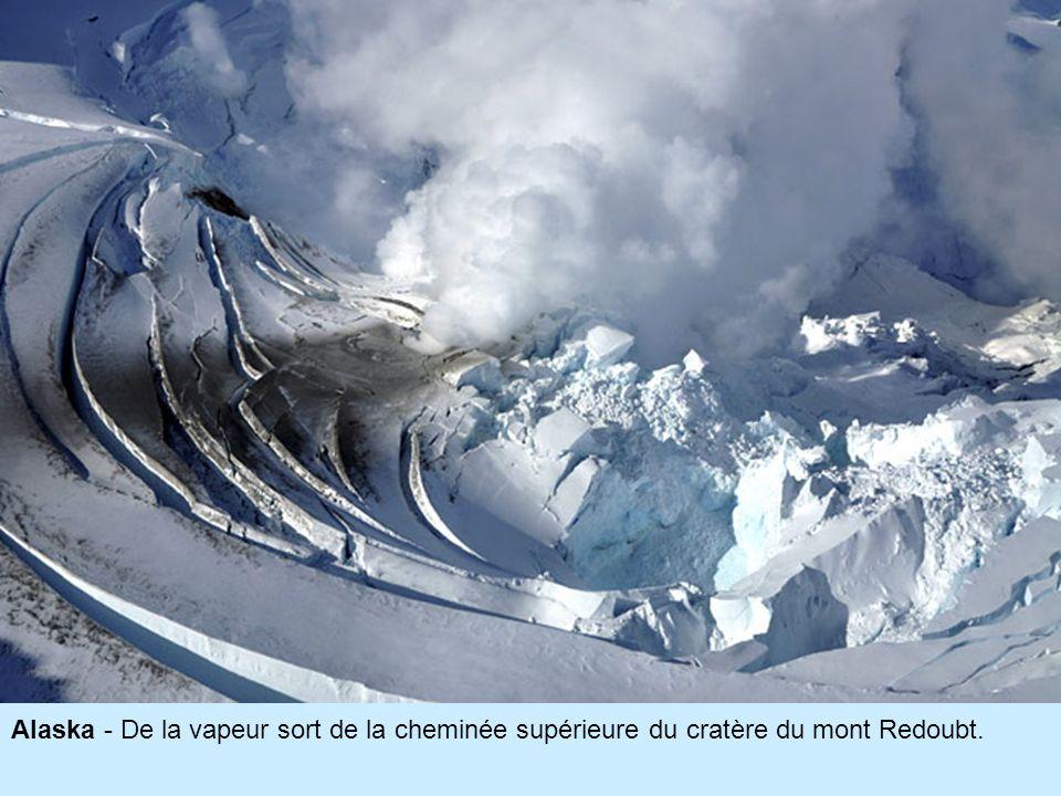 Alaska - De la vapeur sort de la cheminée supérieure du cratère du mont Redoubt.