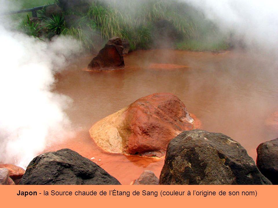 Japon - la Source chaude de l'Étang de Sang (couleur à l'origine de son nom)