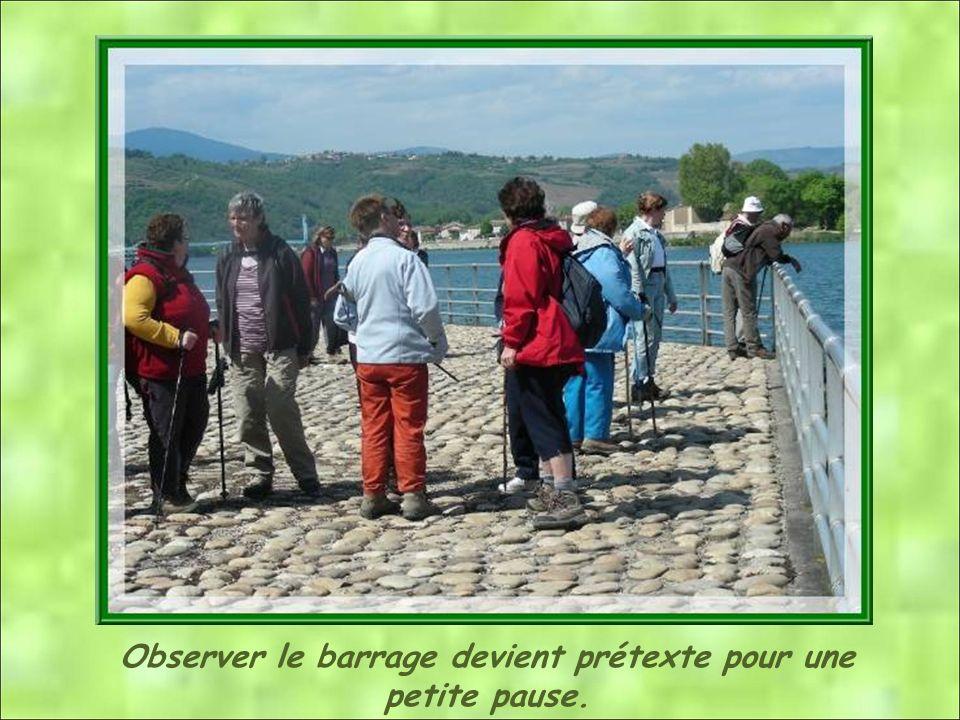 Observer le barrage devient prétexte pour une petite pause.