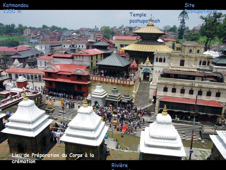 Katmandou 1350 m Site Pashupatinath. Temple pashupatinah. Lieu de Préparation du Corps à la crémation.