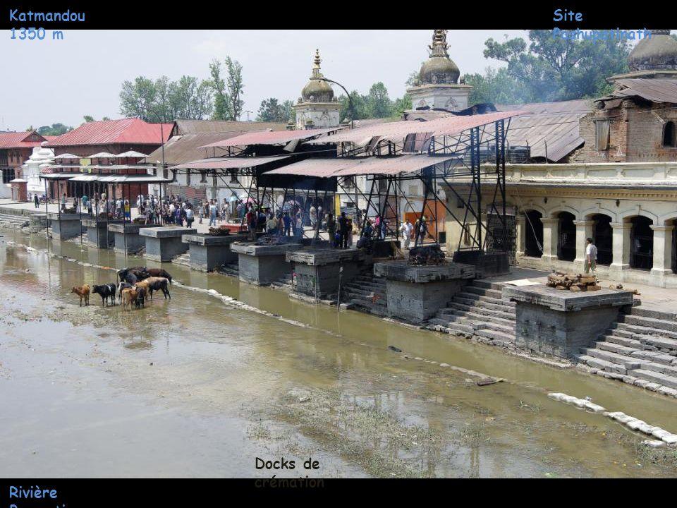 Katmandou 1350 m Site Pashupatinath Docks de crémation Rivière Bagmati
