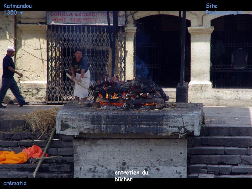 Katmandou 1350 m Site Pashupatinath entretien du bûcher crémation