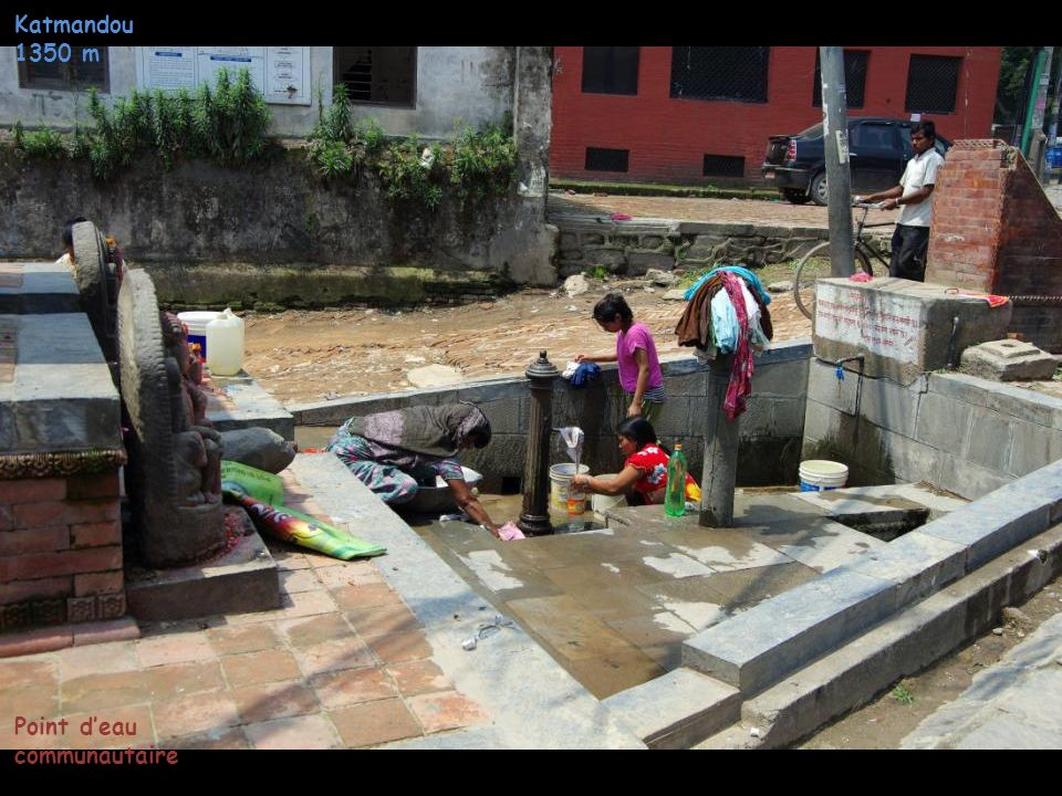 Katmandou 1350 m Point d'eau communautaire