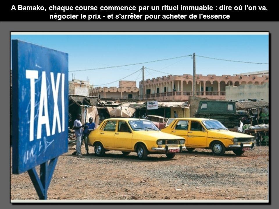A Bamako, chaque course commence par un rituel immuable : dire où l on va, négocier le prix - et s arrêter pour acheter de l essence
