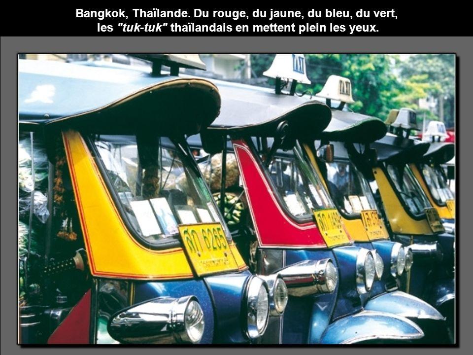 Bangkok, Thaïlande. Du rouge, du jaune, du bleu, du vert,
