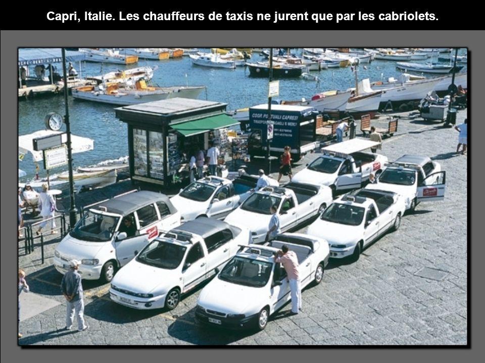 Capri, Italie. Les chauffeurs de taxis ne jurent que par les cabriolets.
