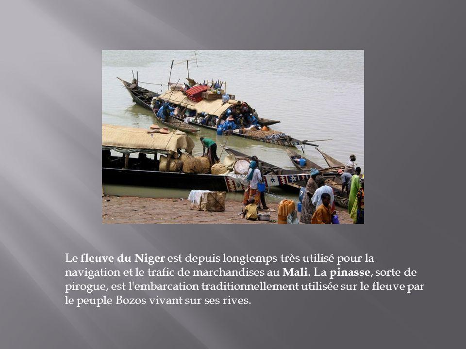 Le fleuve du Niger est depuis longtemps très utilisé pour la navigation et le trafic de marchandises au Mali.