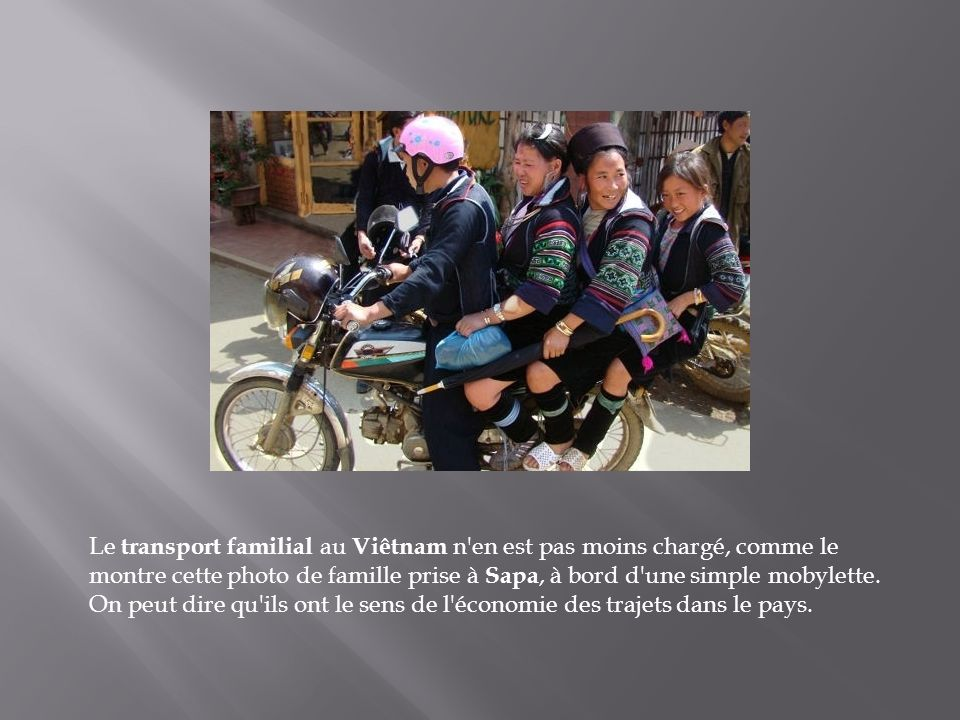 Le transport familial au Viêtnam n en est pas moins chargé, comme le montre cette photo de famille prise à Sapa, à bord d une simple mobylette.