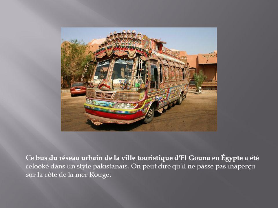 Ce bus du réseau urbain de la ville touristique d El Gouna en Égypte a été relooké dans un style pakistanais.