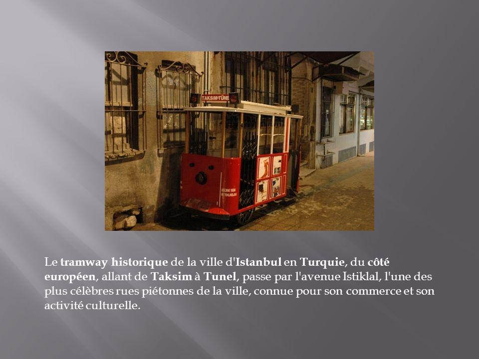 Le tramway historique de la ville d Istanbul en Turquie, du côté européen, allant de Taksim à Tunel, passe par l avenue Istiklal, l une des plus célèbres rues piétonnes de la ville, connue pour son commerce et son activité culturelle.