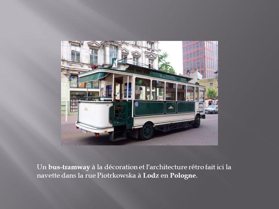 Un bus-tramway à la décoration et l architecture rétro fait ici la navette dans la rue Piotrkowska à Lodz en Pologne.