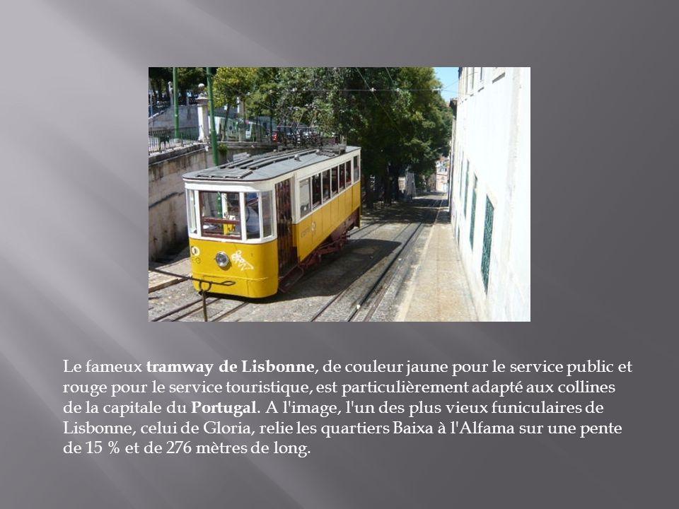 Le fameux tramway de Lisbonne, de couleur jaune pour le service public et rouge pour le service touristique, est particulièrement adapté aux collines de la capitale du Portugal.