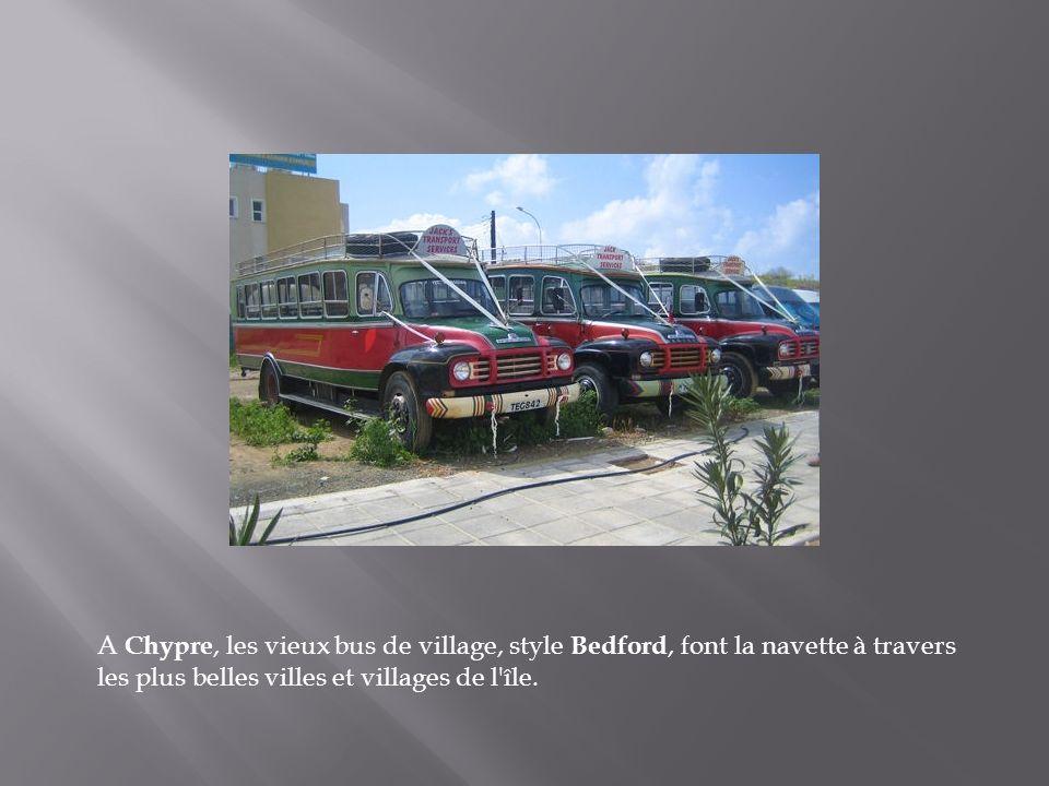A Chypre, les vieux bus de village, style Bedford, font la navette à travers les plus belles villes et villages de l île.