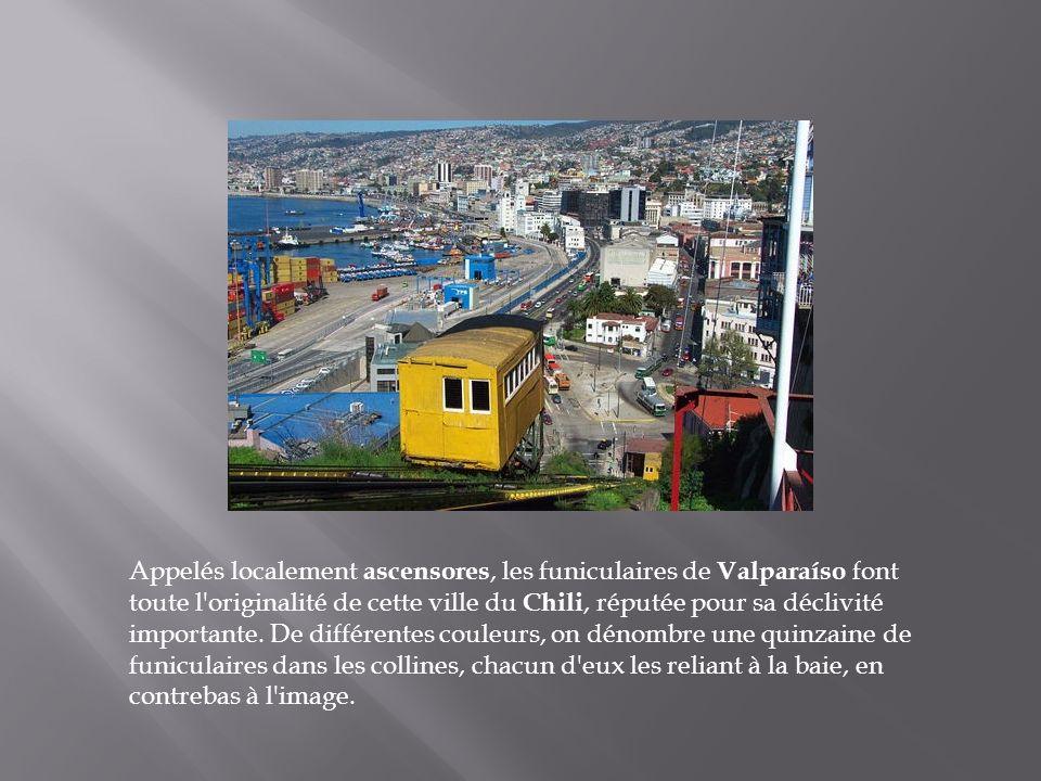 Appelés localement ascensores, les funiculaires de Valparaíso font toute l originalité de cette ville du Chili, réputée pour sa déclivité importante.
