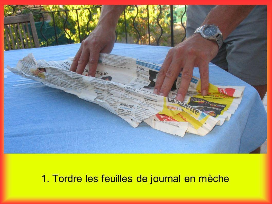1. Tordre les feuilles de journal en mèche