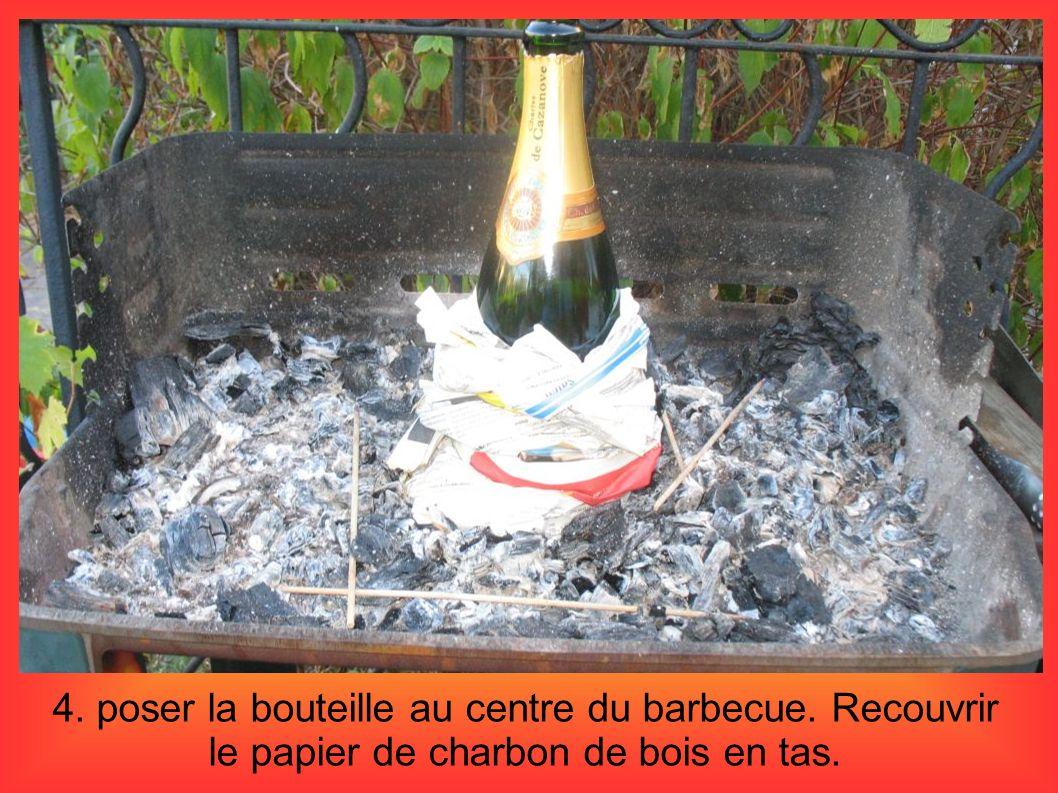 4. poser la bouteille au centre du barbecue