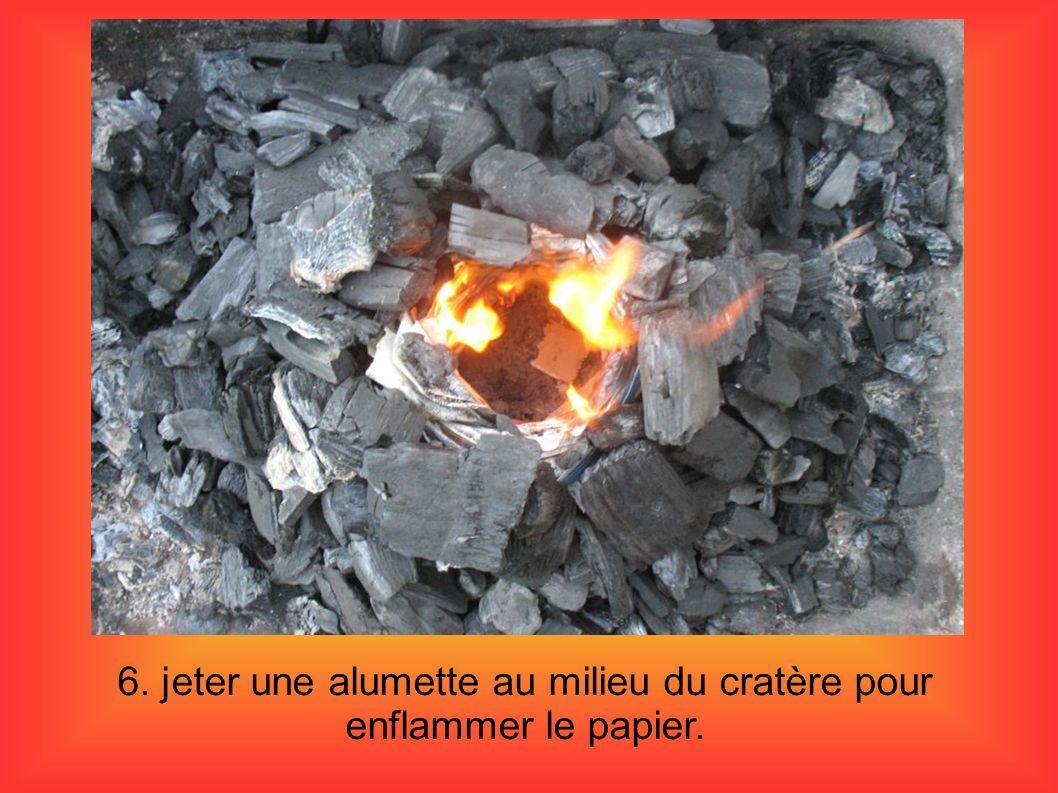 6. jeter une alumette au milieu du cratère pour enflammer le papier.