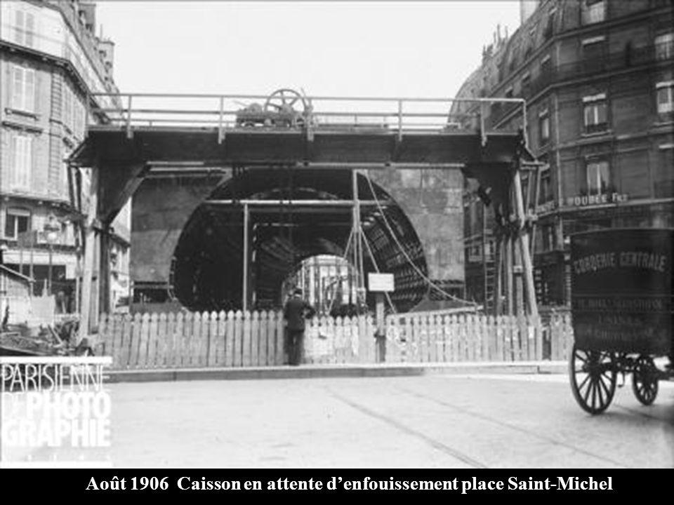 Août 1906 Caisson en attente d'enfouissement place Saint-Michel
