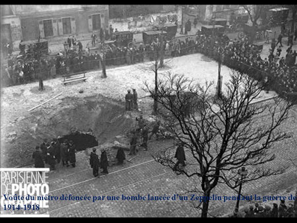 Voûte du métro défoncée par une bombe lancée d'un Zeppelin pendant la guerre de