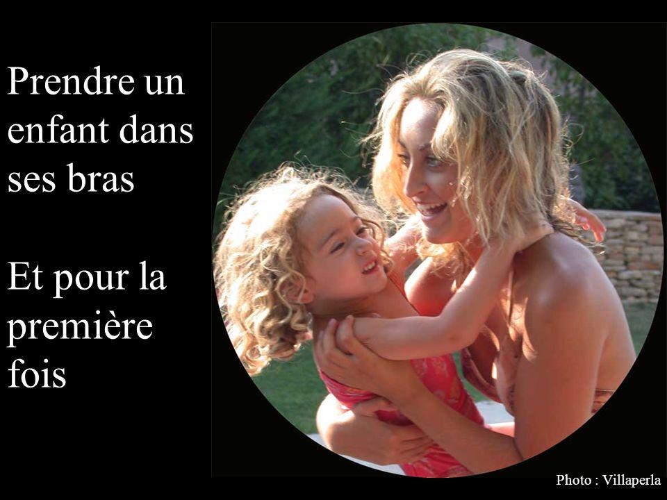 Prendre un enfant dans ses bras Et pour la première fois