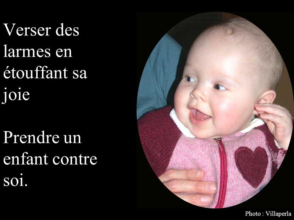 Verser des larmes en étouffant sa joie Prendre un enfant contre soi.