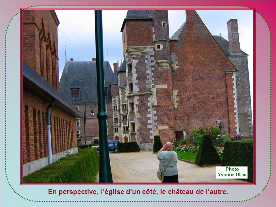 En perspective, l église d un côté, le château de l autre.