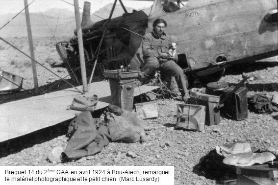 Breguet 14 du 2ème GAA en avril 1924 à Bou-Aïech, remarquer le matériel photographique et le petit chien (Marc Lusardy)