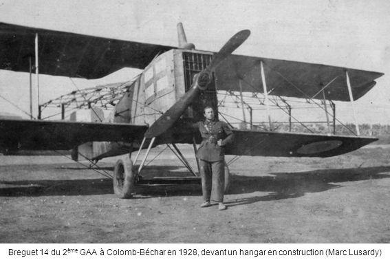 Breguet 14 du 2ème GAA à Colomb-Béchar en 1928, devant un hangar en construction (Marc Lusardy)