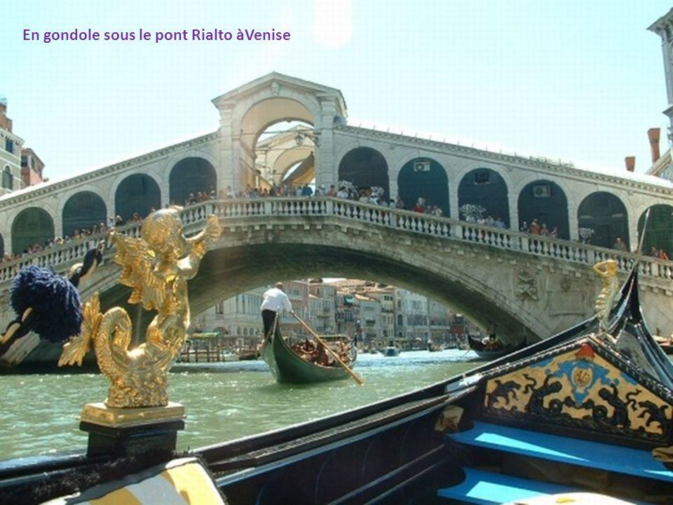En gondole sous le pont Rialto àVenise