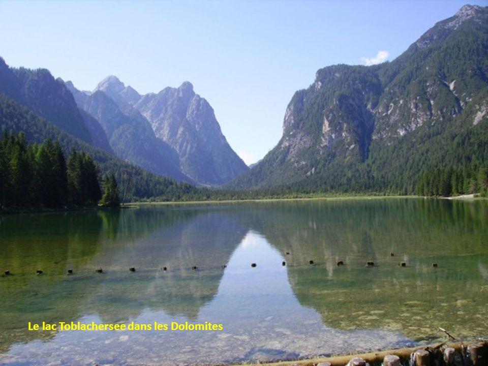 Le lac Toblachersee dans les Dolomites
