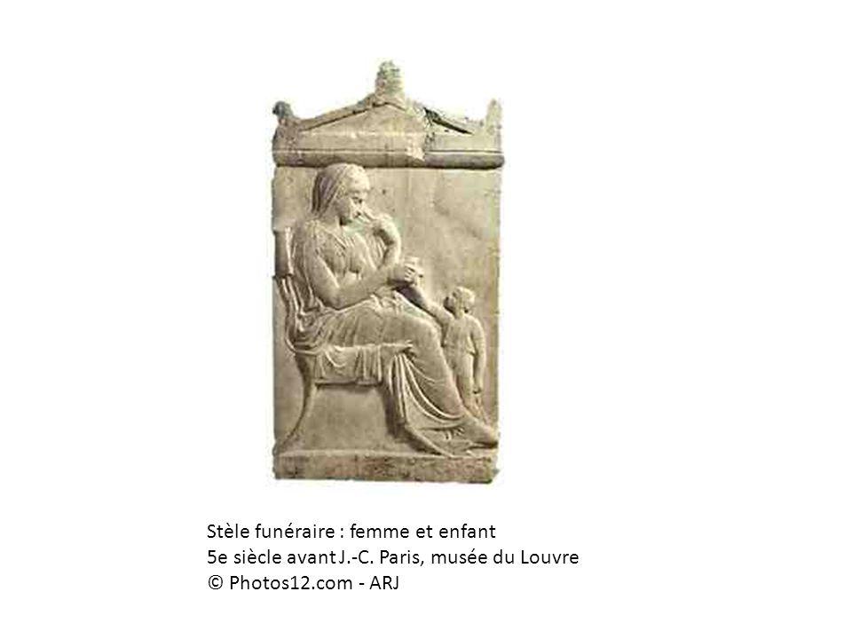 Stèle funéraire : femme et enfant 5e siècle avant J. -C