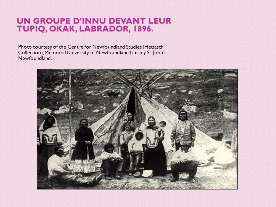Un groupe d'Innu devant leur tupiq, Okak, Labrador, 1896.