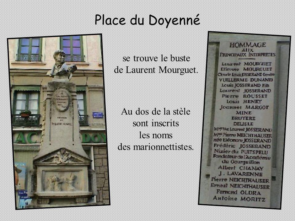 Place du Doyenné se trouve le buste de Laurent Mourguet.