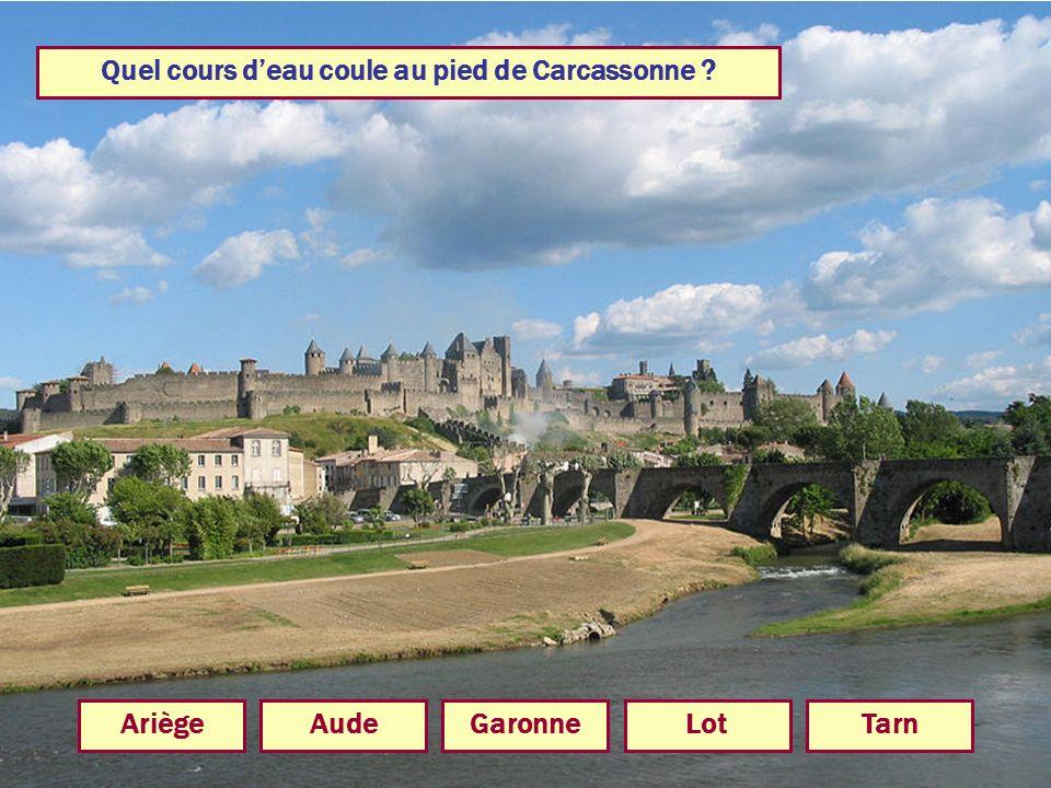 Quel cours d'eau coule au pied de Carcassonne