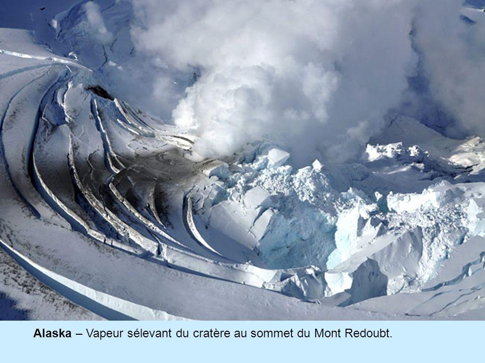 Alaska – Vapeur sélevant du cratère au sommet du Mont Redoubt.