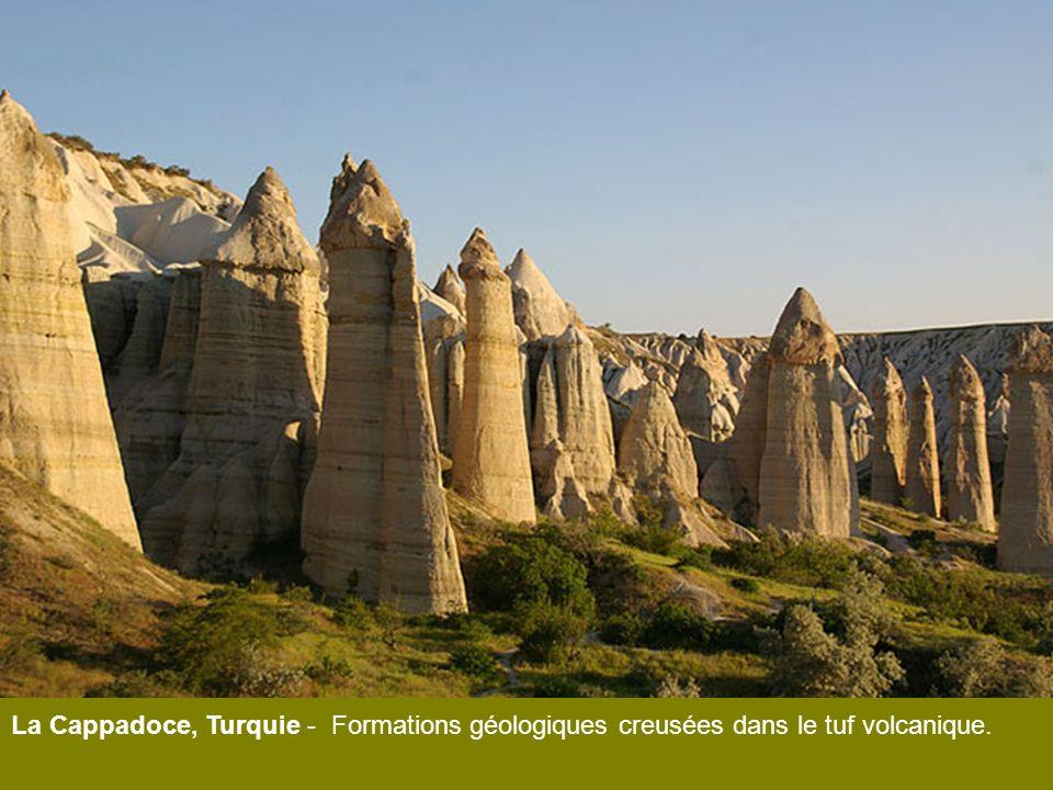 La Cappadoce, Turquie - Formations géologiques creusées dans le tuf volcanique.