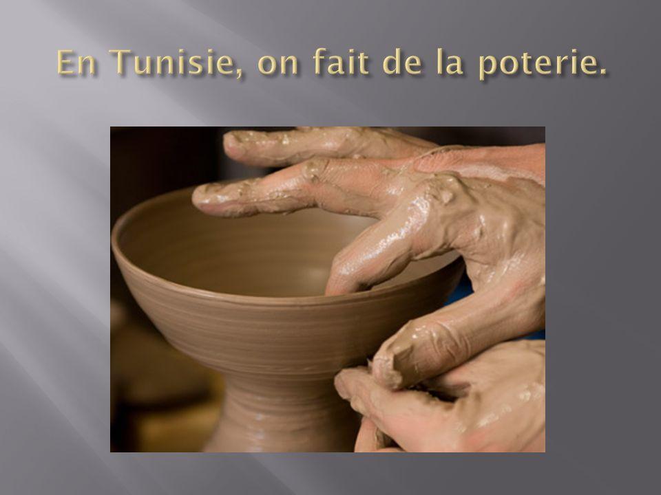 En Tunisie, on fait de la poterie.
