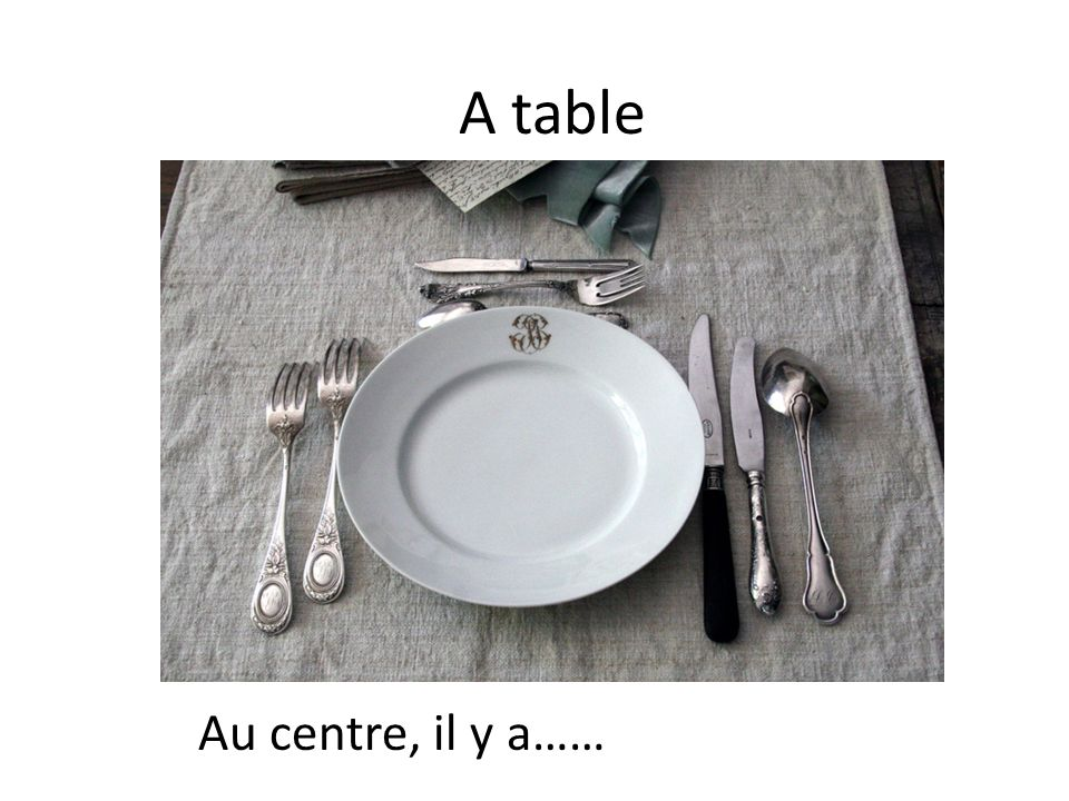 A table Au centre, il y a……
