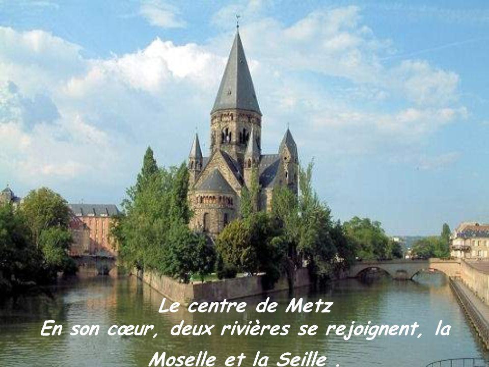 Le centre de Metz En son cœur, deux rivières se rejoignent, la Moselle et la Seille .