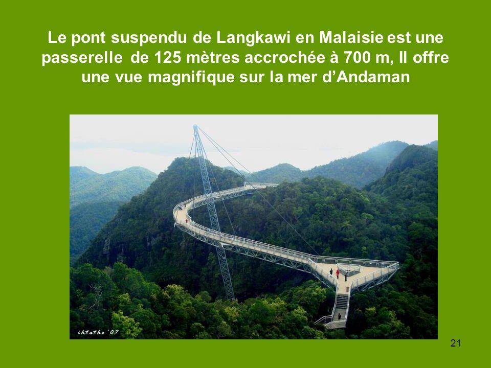 Le pont suspendu de Langkawi en Malaisie est une passerelle de 125 mètres accrochée à 700 m, Il offre une vue magnifique sur la mer d'Andaman
