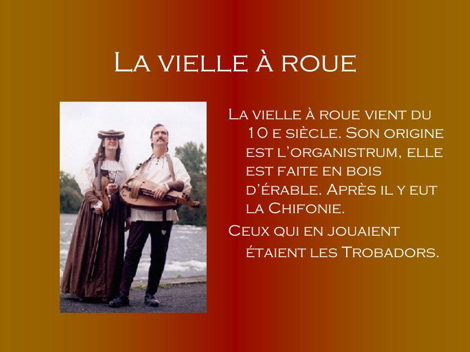 La vielle à roue La vielle à roue vient du 10 e siècle. Son origine est l'organistrum, elle est faite en bois d'érable. Après il y eut la Chifonie.