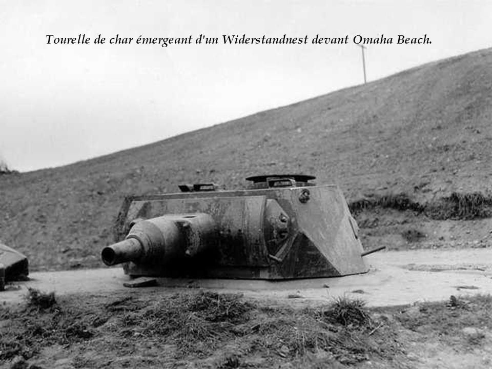 Tourelle de char émergeant d un Widerstandnest devant Omaha Beach.