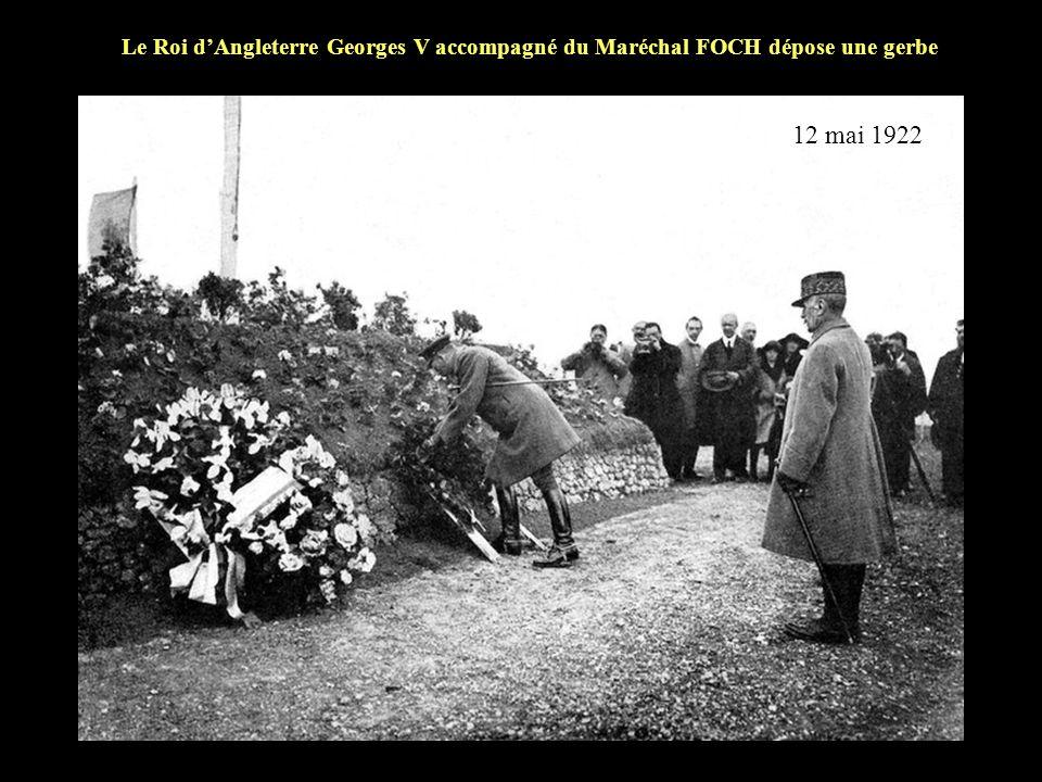 Le Roi d'Angleterre Georges V accompagné du Maréchal FOCH dépose une gerbe