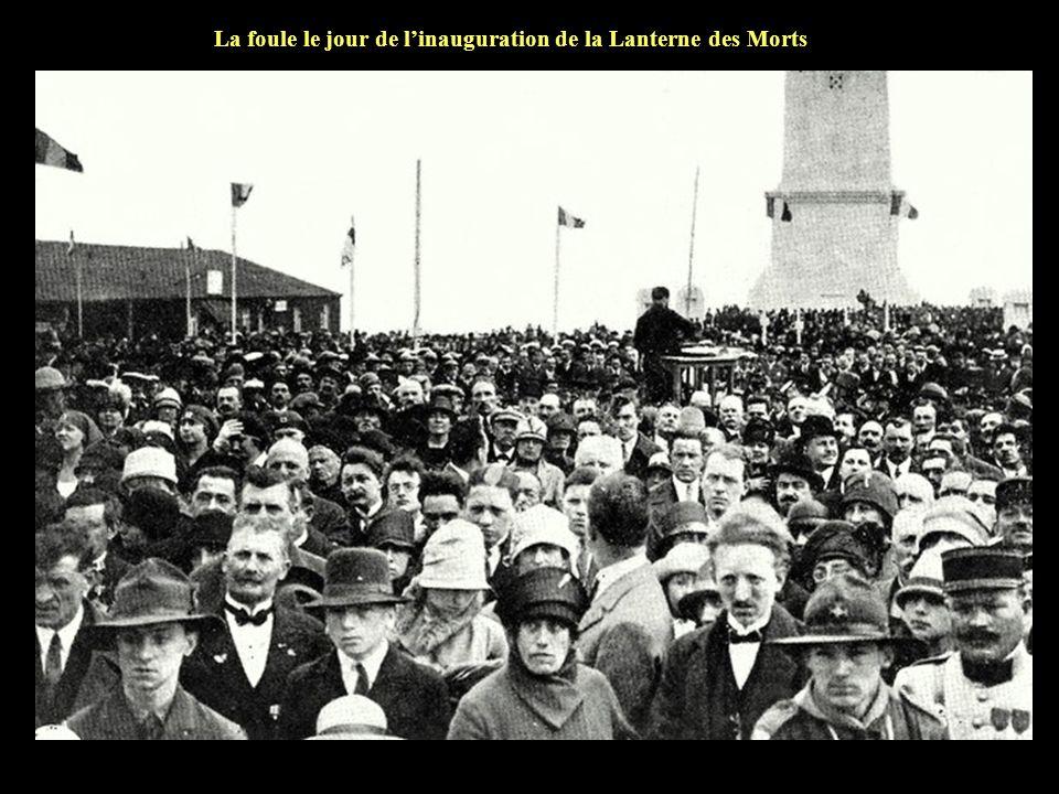 La foule le jour de l'inauguration de la Lanterne des Morts