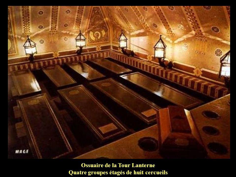 Ossuaire de la Tour Lanterne Quatre groupes étagés de huit cercueils