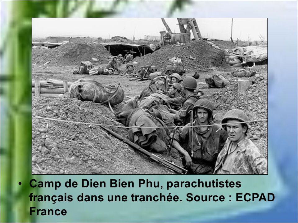 Camp de Dien Bien Phu, parachutistes français dans une tranchée
