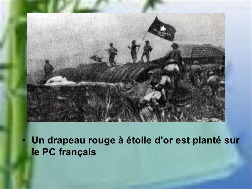 Un drapeau rouge à étoile d or est planté sur le PC français