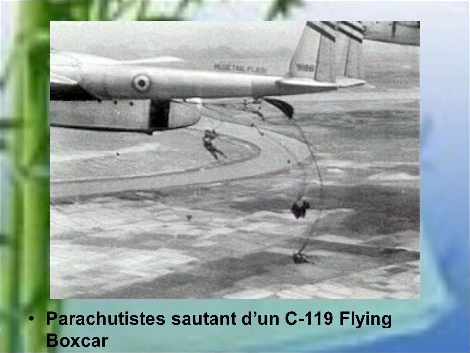 Parachutistes sautant d'un C-119 Flying Boxcar