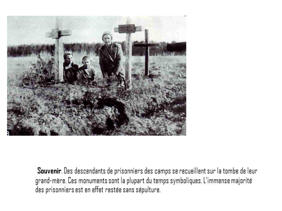 Souvenir. Des descendants de prisonniers des camps se recueillent sur la tombe de leur grand-mère.