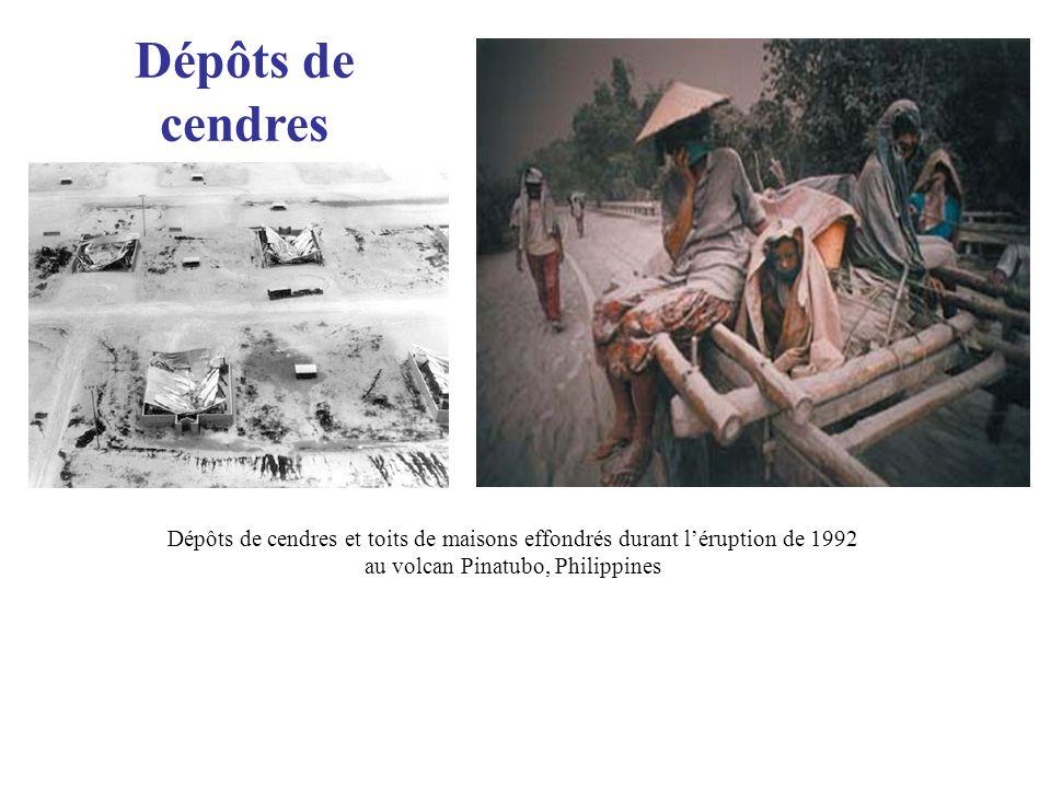 Dépôts de cendres Dépôts de cendres et toits de maisons effondrés durant l'éruption de 1992 au volcan Pinatubo, Philippines.